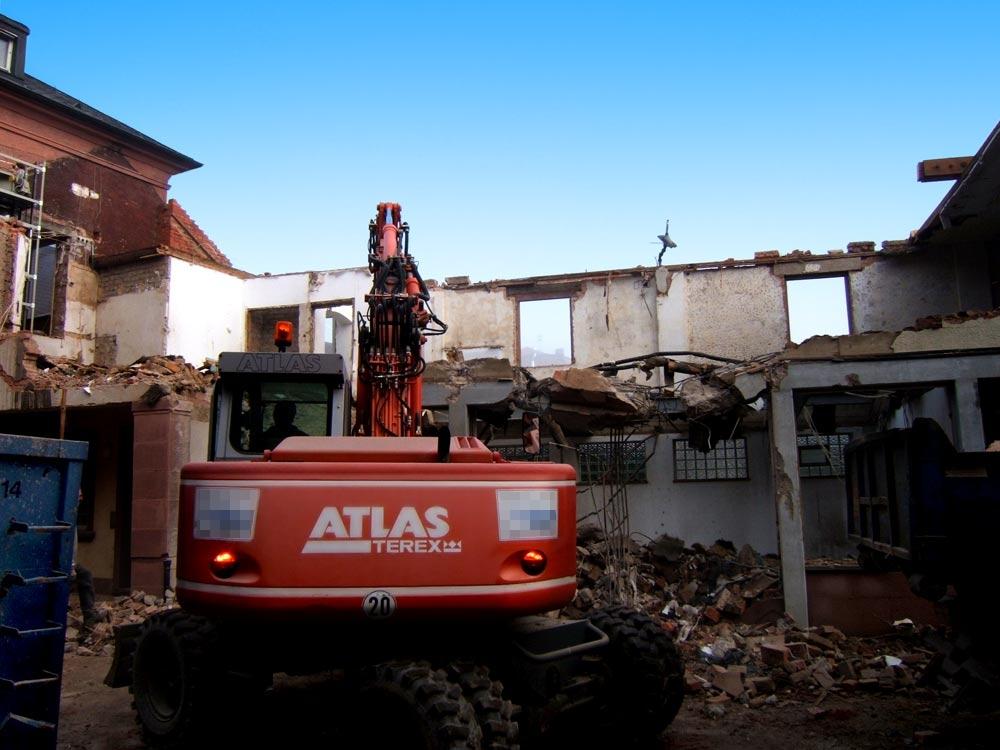 Sie sehen die Bilder zu: Abbrucharbeiten am ehemaligen Gebäude St. Lioba in Tauberbischofsheim