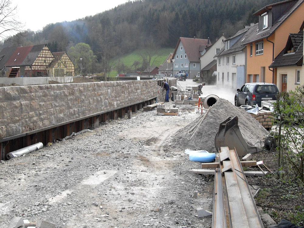 Sie sehen die Bilder zu: Muschelkalksteinverblendung Hochwasserschutz in Forchtenberg